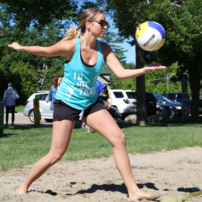 Alexis Farrell effectue le service au tournoi Volley for Johnny