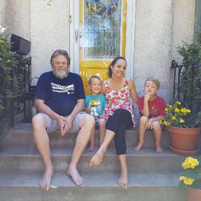 Rebecca Enns en compagnie de son père, Jim Peters, et de ses fils, Titus et Theo.