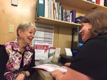Kelly Williams, à droite, au travail avec sa patiente Marilyn Nodolsky.